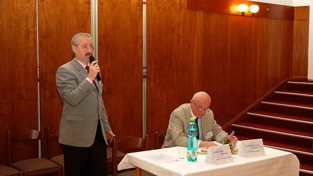 Konferenciéři Václav Kameníček aVáclav Červenka.