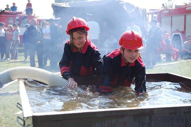 Mladí hasiči při soutěži v Bílovci ze sebe dostali to nejlepší.