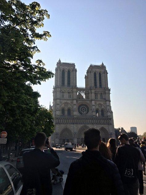 Pondělní snímek katedrály Notre-Dame několik hodin před požárem.