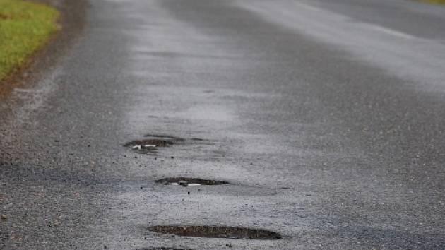 Komunikace III. třídy mezi Kunínem a Bartošovicemi na Novojičínsku je po zimě v otřesném stavu. Silničáři vše doposud vyřešili jednou dopravní značkou, která na nebezpečné díry upozorňuje.