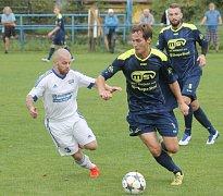 Bílovečtí fotbalisté (v modrém) si před vlastními diváky připsali cenný skalp Háje ve Slezsku.