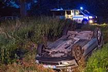 V Bravanticích zasahovali v úterý večer hasiči a zdravotníci u dopravní nehody osobního automobilu, který se převrátil na střechu a skončil v příkopu.