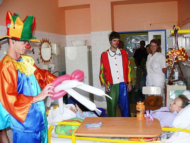 Malé pacienty na dětském oddělení Nemocnice s poliklinikou v Novém Jičíně přijeli rozveselit klauni až z Havířova. Dětem předvedli bohaté vystoupení, v němž nechyběly nafukovací balónky, kouzelnické triky, soutěže a zábava.