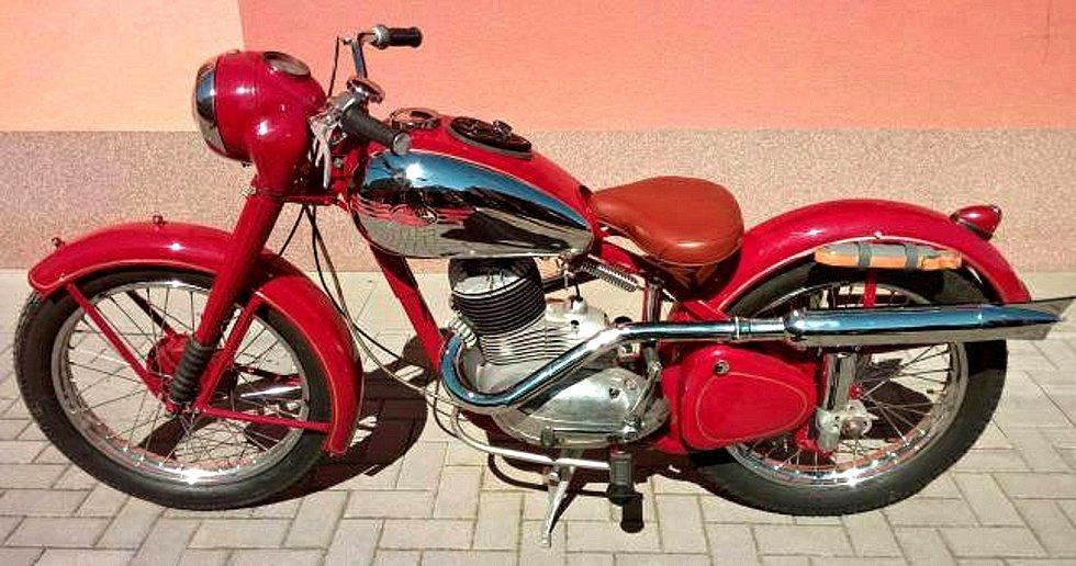 Motocykl Jawa 250 Pérák v úpravě Sixdays měl majitel před krádeží v rozebraném stavu.