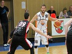 NOVOJIČÍNSKÝM basketbalistům nepomohlo k výhře ani 26 bodů skvěle hrajícího Jana Stehlíka.