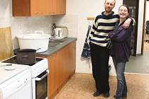 Po náročné rekonstrukci vedoucí Racka Michal Hašek s kolegyní Doubravkou Chudovou pomáhají v nových prostorách.