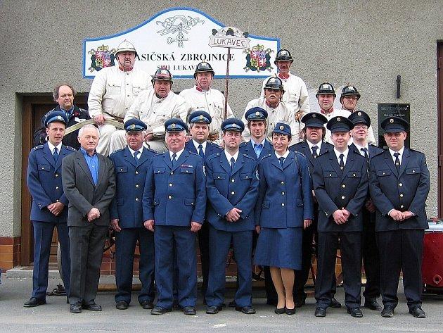 Část lukaveckých hasičů před zbrojnicí v Lukavci při příležitosti oslav 120. výročí založení sboru.