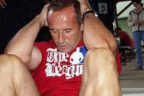 Lehy-sedy Ocelového muže na šas. Každý účastník musí za dvě minuty udělat co nejvíce lehů-sedů, nesmí ale přitom použít opory nohou. Pokud pravidlo poruší, není mu jeden cvik uznán.