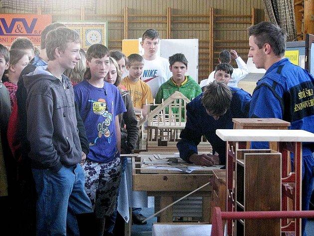 O přehlídku profesí je mezi školáky každoročně velký zájem.