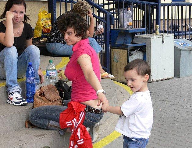 Paní Kateřina Pajaj přijela z Velké Británie do naší republiky na prázdniny s dvouletým synem Antoniem. Jeli z Ostravy-Svinova do Ústí nad Labem.