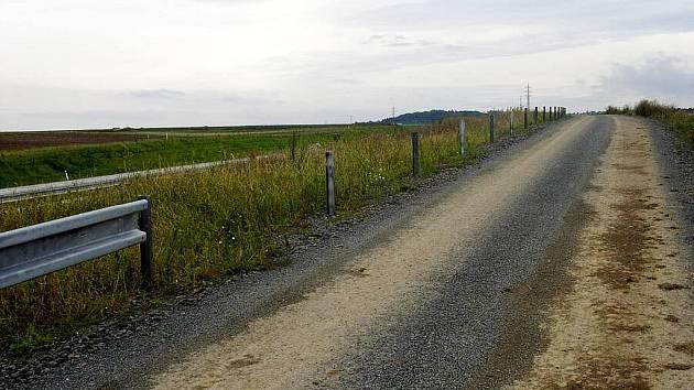 Zbytečně se namáhali dělníci s instalací svodidel podél silnice mezi Velkými Albrechticemi a Studénkou. Někdo je demontoval a odvezl.