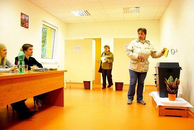 V nových prostorech volili obyvatelé Rybí.
