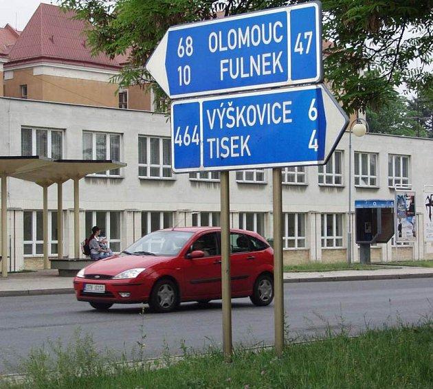 Na křižovatce u bíloveckého gymnázia ukazuje značka, že do Olomouce je to ještě 68 kilometrů.