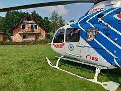 V pondělí odpoledne obdrželi záchranáři informaci o zraněném muži po pádu zlešení vobci Tichá. Operátoři zdravotnického operačního střediska na místo vyslali pozemní posádku z blízkého stanoviště ve Frenštátě pod Radhoštěm a vrtulník zOstravy.