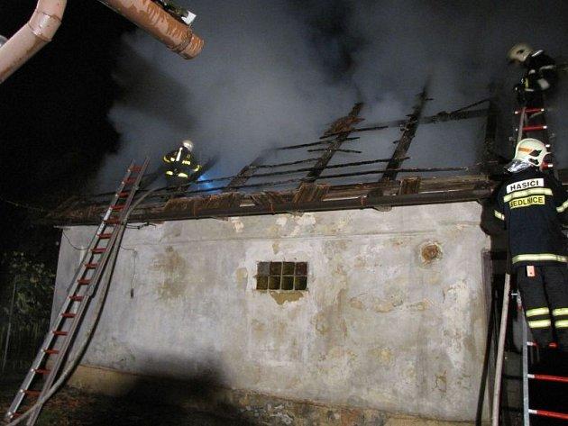 K požáru hospodářské budovy s dřevěným přístavkem vyjelo v sobotu těsně před třiadvacátou hodinou celkem 5 jednotek hasičů do Bartošovic.