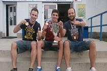 Trojice z úspěšného celku IHC Nový Jičín, která pomohla vybojovat postup do nejvyšší soutěže v zemi. Zleva Pavel Zedník, Jan Bartko a Zbyněk Kubičík.