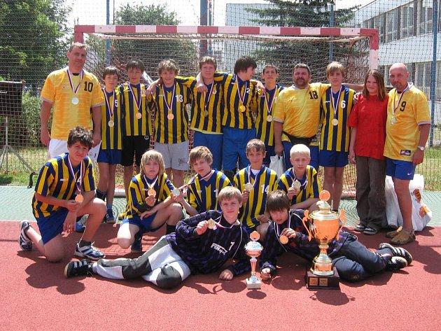 Žáci šestých a sedmých tříd kopřivnické základní školy E. Zátopka vyhráli v Praze turnaj, nazvaný Novinářský kalamář.