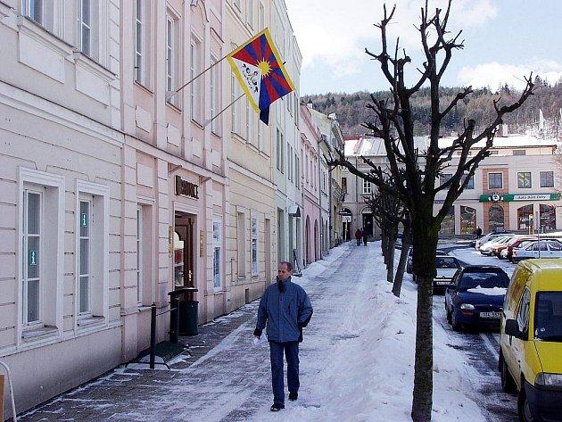 Posedmé bez přestávky vlaje tibetská vlajka také na budově radnice v Odrách.