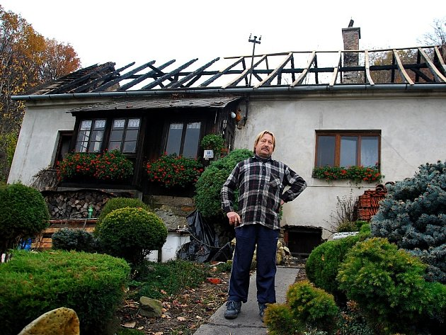 Z rodinného domu pana Mikulenky zbyly jen obvodové zdi a štiplavý zápach.