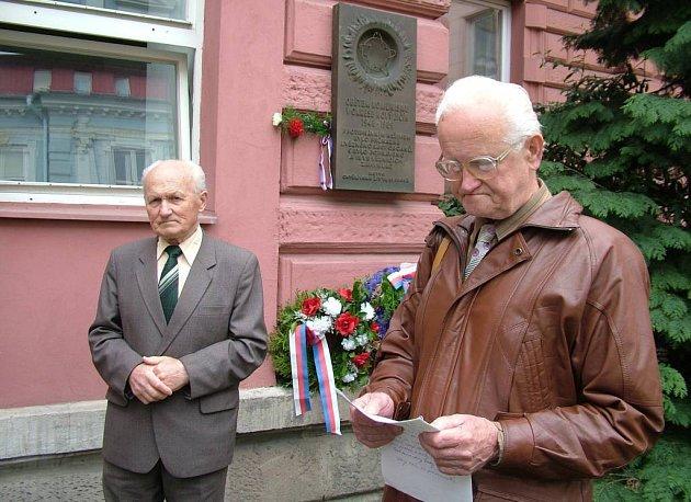 Členové okresní organizace Konfederace politických vězňů Václav Hanzelka (vlevo) a Zdislav Zima u památníku obětem komunistického režimu, kam zástupci konfederace pravidelně pokládají kytičku.