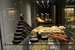 Výstava prezentuje ojedinělý nález velkého souboru předmětů z konce 30. let 20. století, který byl řadu let zazděný ve sklepě domu č. 16 v Příboře.