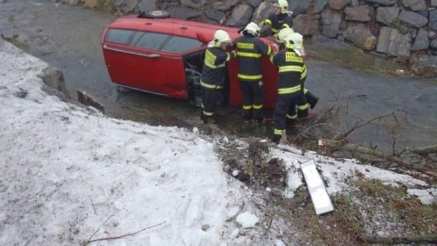 Ve čtvrtek 28. února osobní auto skončilo v potoce v obci Ženklava.