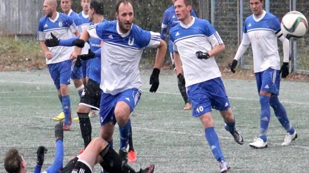 Fotbalisté Nového Jičína (v bílo-modrém).