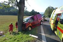 Smrtí spolujezdce skončila ranní dopravní nehoda v Lichnově na Novojičínsku. Do stromu zde narazil řidič dodávky.