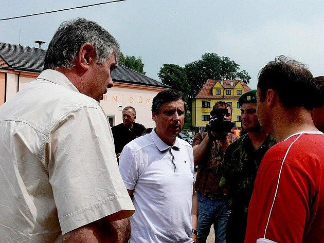 Premiér Fischer přislíbil katastrofou postiženým obcím státní pomoc.