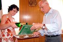 KŘEST KNIHY. Starostka Spálova, Marie Flodrová, a autor publikace Nářečí Spálovska, Antonín Ondřej, se postarali rukou společnou o křest díla, které vznikalo několik let.