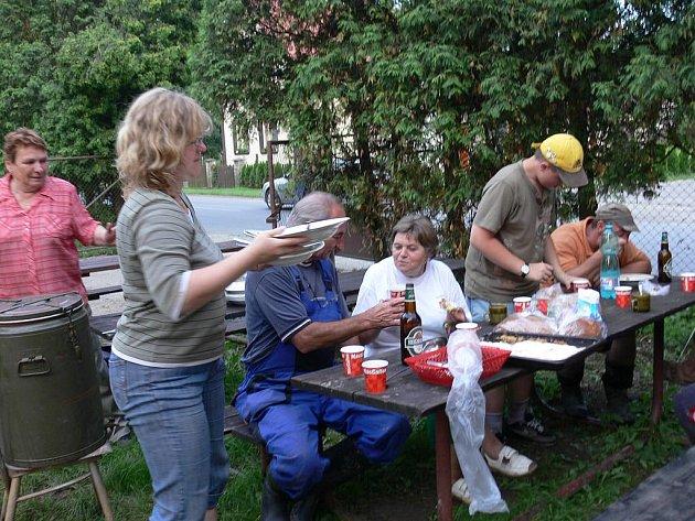 Lidem, které v Jerlochovicích vyplavila voda tamní hasiči navařili jídlo.