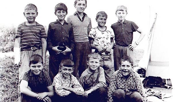 Skauti z Lukavce v roce 1968. Přední řada zleva: Richard Brož, Petr Gold, Jindřich Sokol, Miroslav Pavlík, zadní řada zleva: Antonín Sokol, Lumír Sokol, Jaromír Bajer, Vítězslav Sokol, Pavel Gebauer.