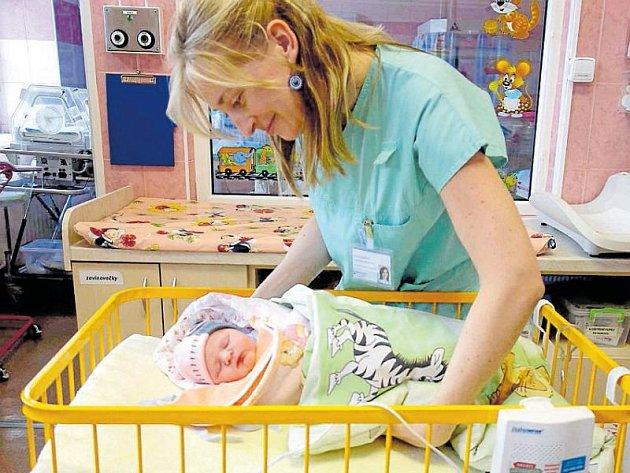Přístroje monitorují dech novorozeňat.