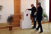 Zhruba dvě hodiny před koncem voleb v Lichnově odvolil také tamní místostarosta Pavel Pustějovský.