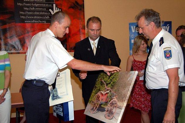 Cenu za nejlepší web dostali dobrovolní hasiči ze Slatiny přímo z rukou ministra vnitra Ivana Langera.