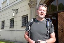 Václav Havelka, člen Jednoty bratrské z Liberce, před vchodem do fulneckého infocentra.