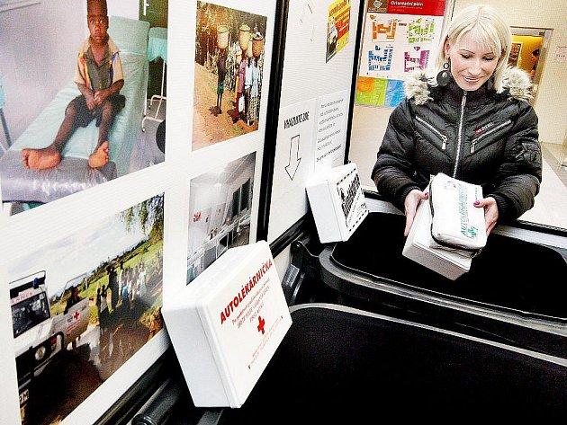 Autolékárniček se lze zbavit také užitečně. Například ADRA umisťuje sběrné boxy také do velkých nákupních center, jako je Zlaté jablko ve Zlíně. Lékárničky tam odložené poputují do Afriky.