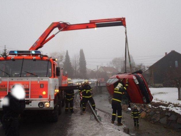 Ve čtvrtek 28.února osobní auto skončilo vpotoce vobci Ženklava.