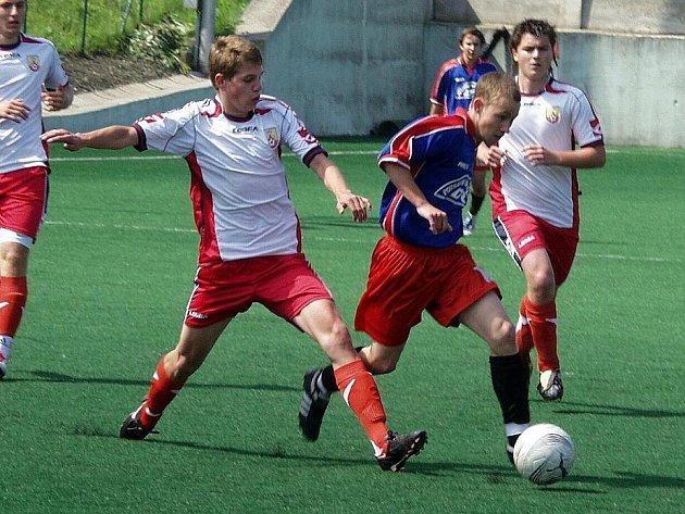 Starší dorost Nového Jičína (modlo-červené dresy) porazil doma SK Hranice 2:0.