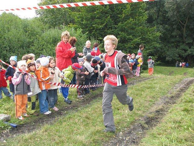 Na školáky čekala téměř dvoukilometrová trať a jako první se v cíli objevil deváťák Petr Slovák.