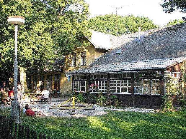Restaurace Rekovice je posledním velkým lákadlem, které ještě přitáhne víkendové výletníky na Horečky.