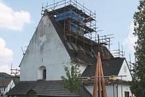 Kostel v Rybí byl naposledy rekonstruován před šedesáti lety. Teď dostane novou střechu.