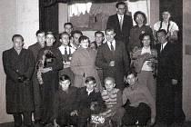 Jedna z prvních společných fotografií souboru Loutkového divadla Odry z roku 1955.