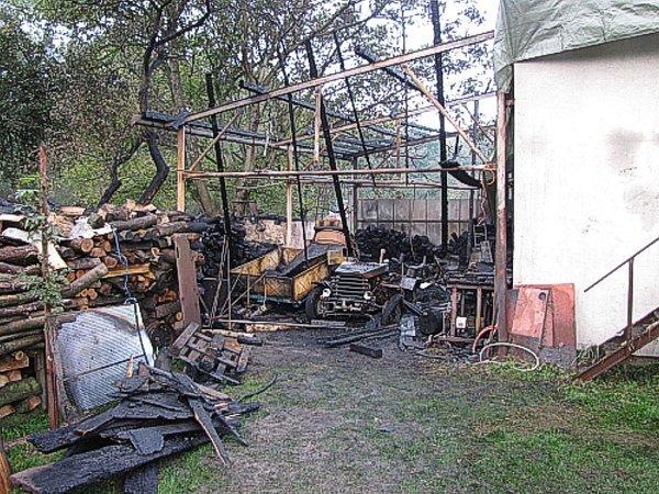 Požár přístřešku a hospodářské budovy ve Skotnici.
