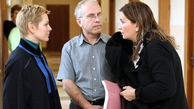 Radmila Ľubová (vpravo) se svým manželem Miroslavem a obhájkyní u úterního odvolacího řízení před Krajským soudem v Ostravě.