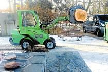 K zemi padl i vzrostlý strom v Janáčkových sadech v Novém Jičíně.