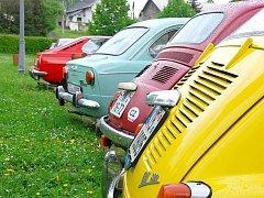Čtyři desítky automobilů Fiat se sjely v sobotu 8. května ráno na bíloveckém náměstía a začalo tak dvoudenní setkání italských automobilů.