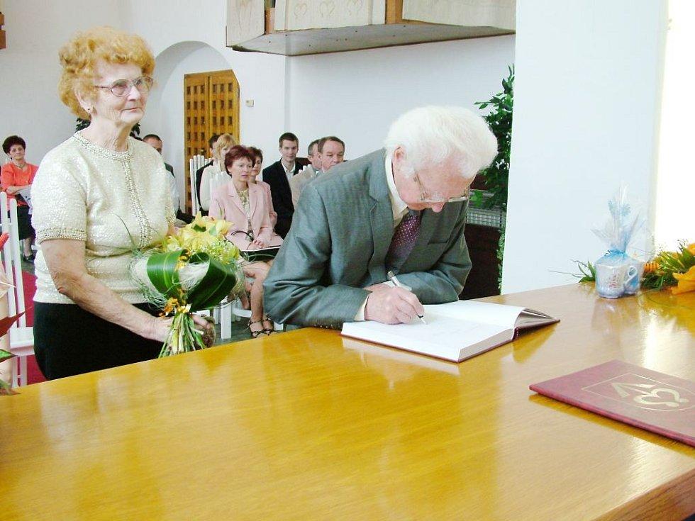 Oba manželé se podepsali do Pamětní knihy Bílovce.