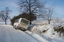 Hasiči zasahovali v pátek 17. prosince dopoledne v Bílovci, místní části Stará Ves u nehody linkového autobusu, který skončil na boku v příkopu.