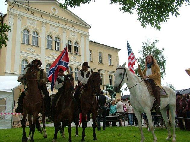 V čele průvodu, který došel před budovu nového muzea ve Frenštátě pod Radhoštěm, jeli jezdci s vlajkami připomínajícími místo, kde řada obyvatel města našla nový domov.